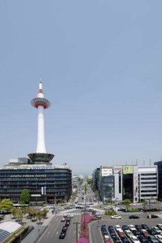 京都駅前と京都タワー