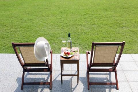 テラスのデッキチェアとテーブル