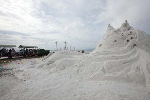 チャカ塩湖 塩の彫刻と観光用トロッコ