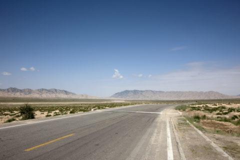 青空と一本の道