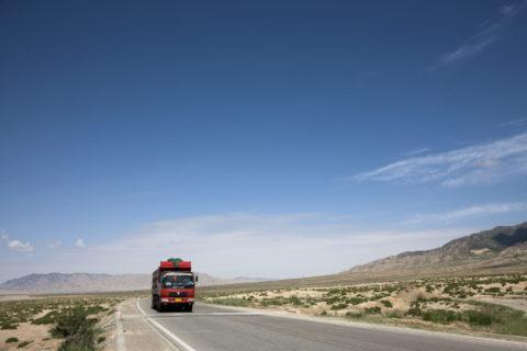大地を走るトラック