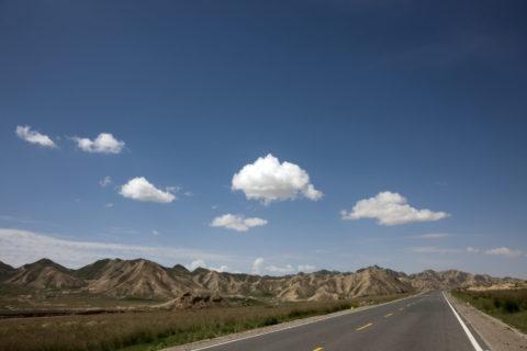 崑崙山脈と一本の道