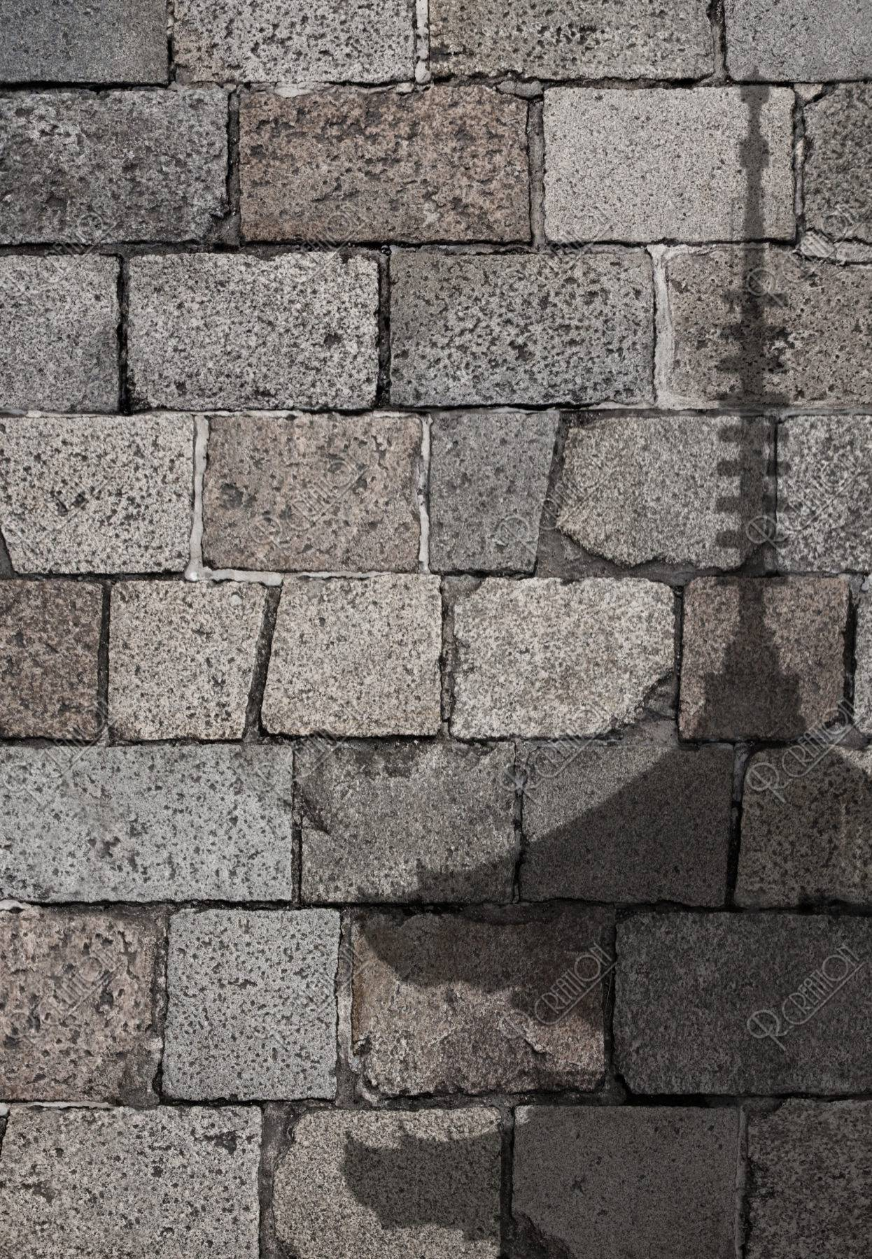 五重塔の影と石畳
