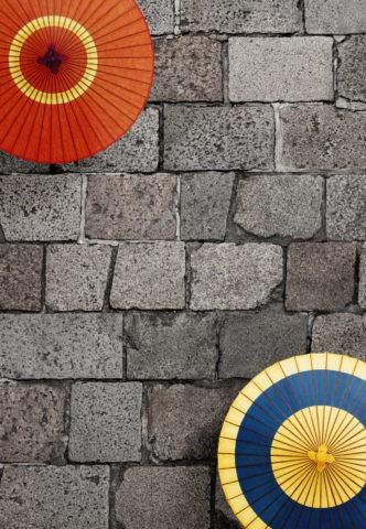 石畳と和傘のイメージ