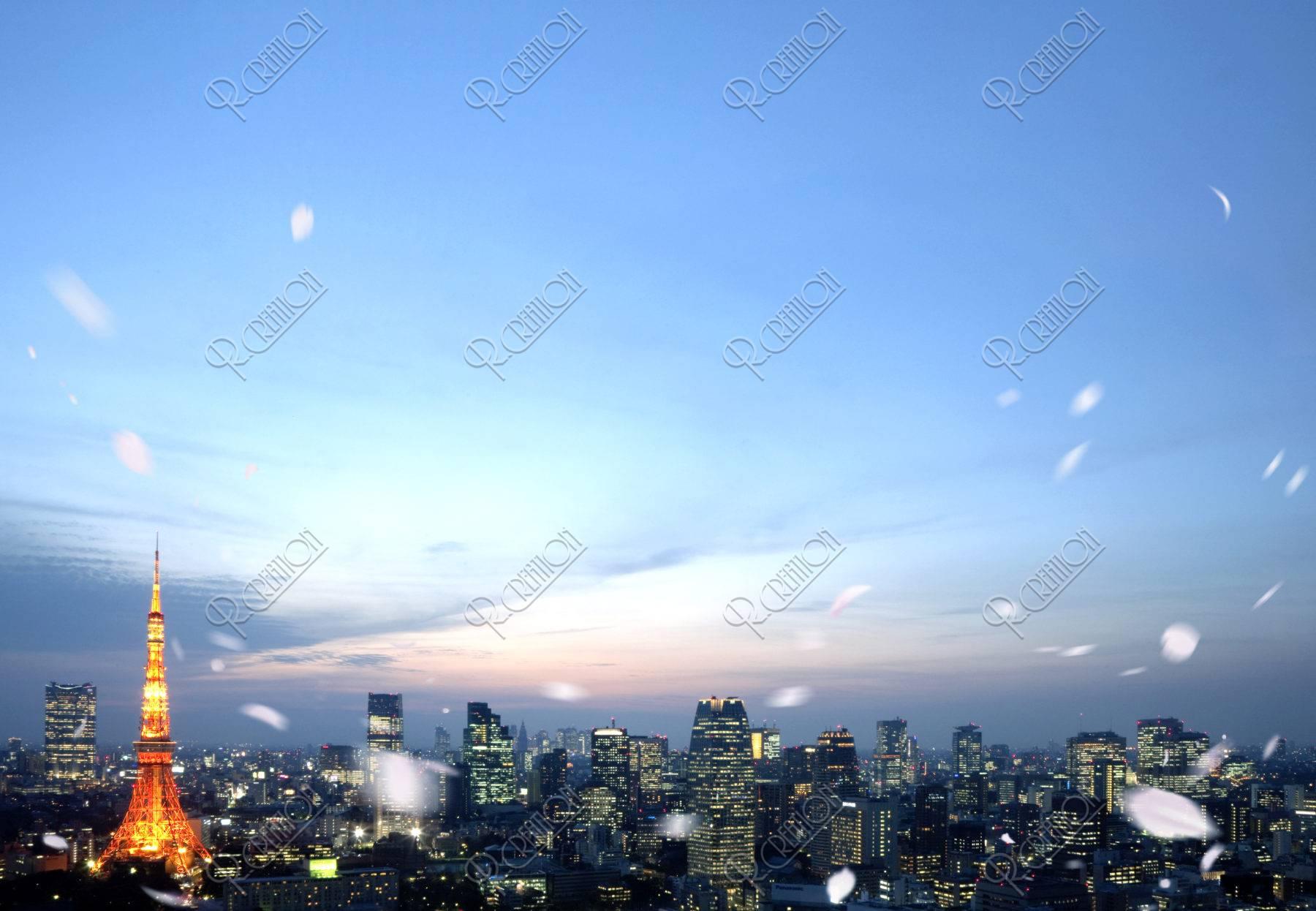 東京市街と桜吹雪