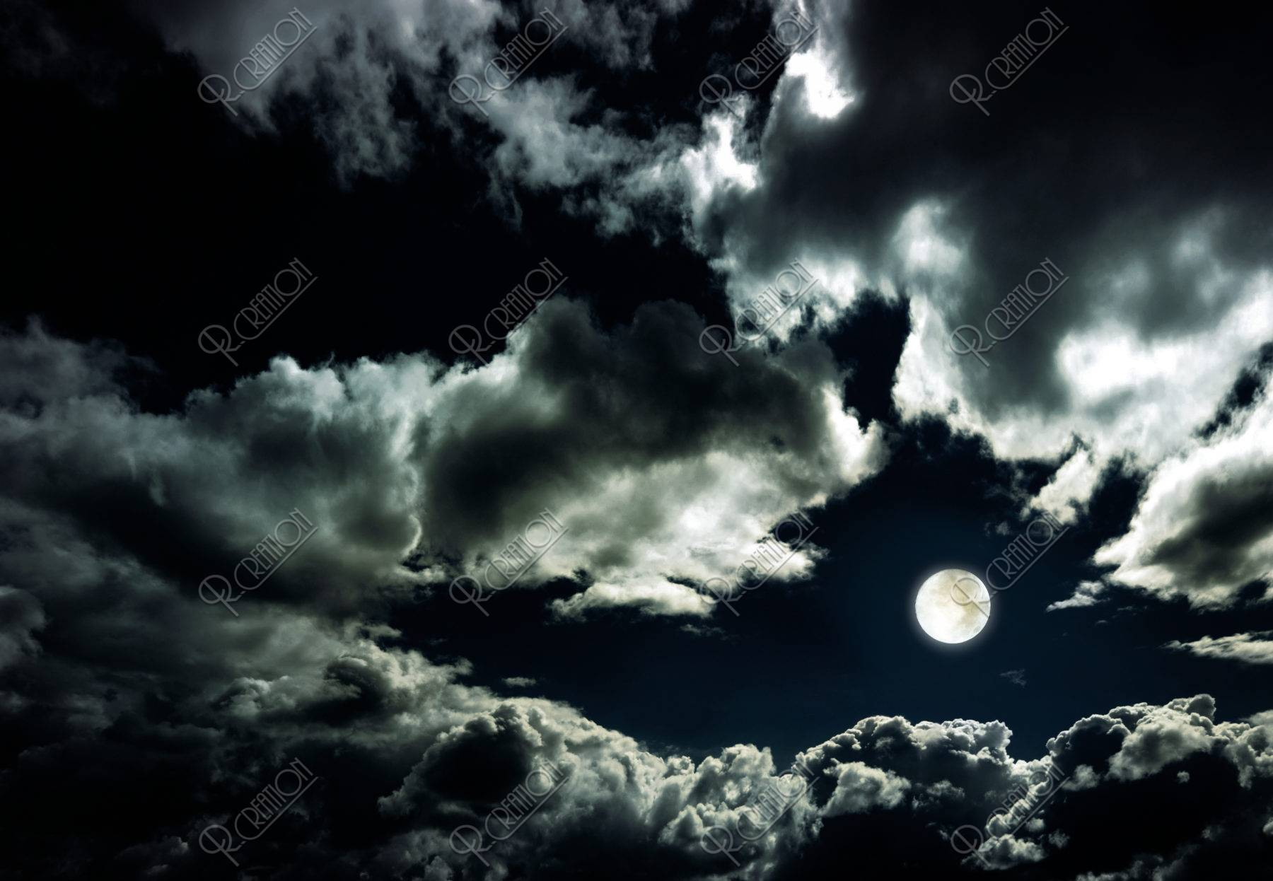 空と雲と満月