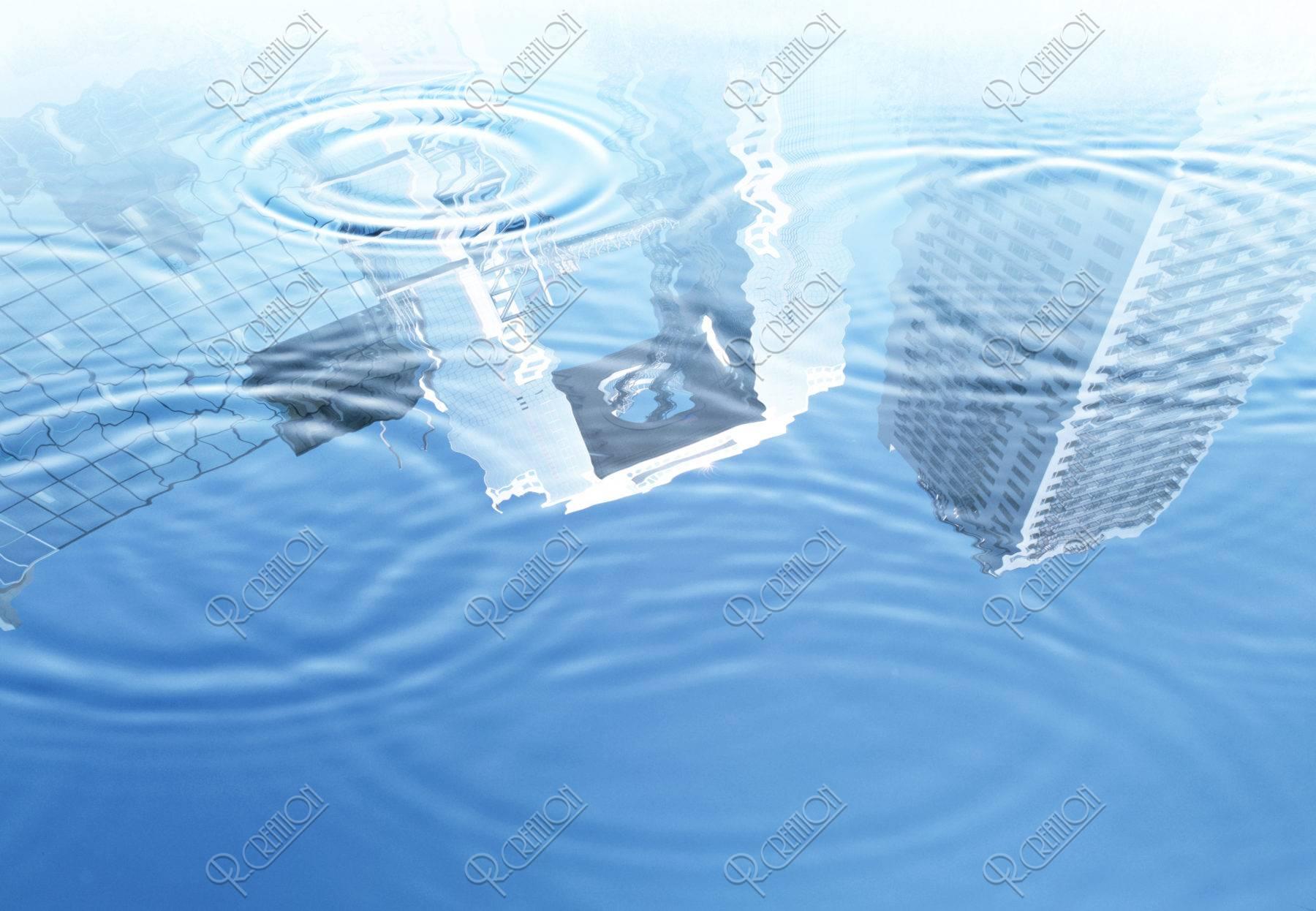 水面に映る大阪のビル群