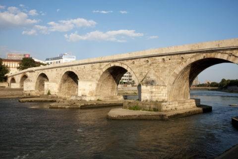 カメンモスト橋(トルコ橋)とヴァルダル川
