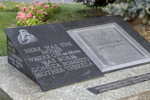 マザーテレサの生家跡の碑