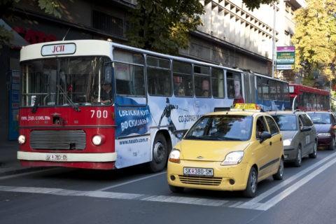 昼間点灯するスコピエ市内のタクシーとバス
