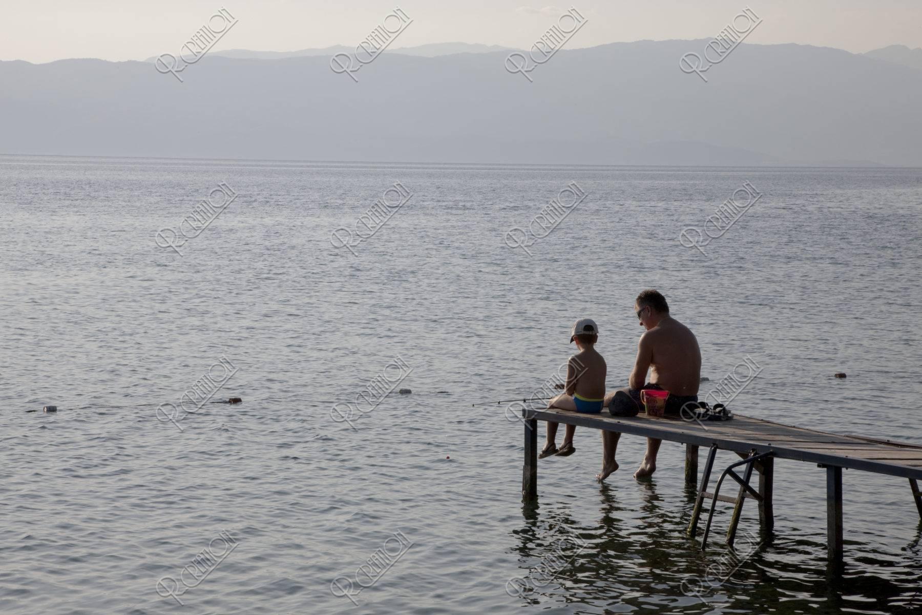 オフリド湖 釣りをする親子