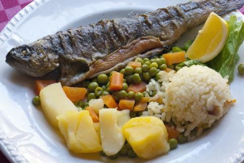 郷土料理 ベルヴィツァ オフリド産マス料理