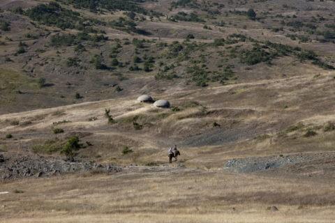 トーチカと馬に乗る人