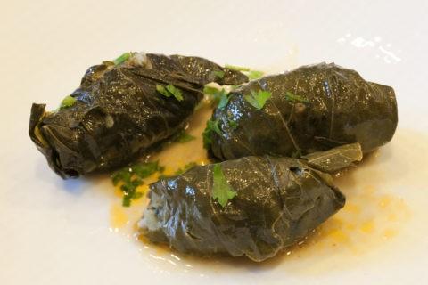 郷土料理 ドルマ 肉、ご飯の葡萄葉巻