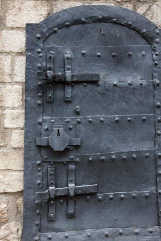 セルビア正教会の扉