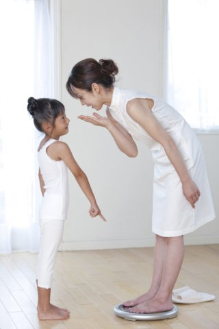 体重計に乗る母と娘