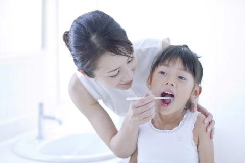 歯磨きをする母と娘