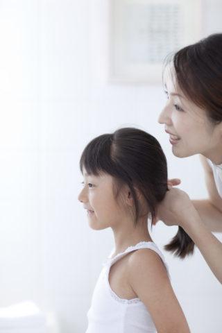 髪をとかす母と娘
