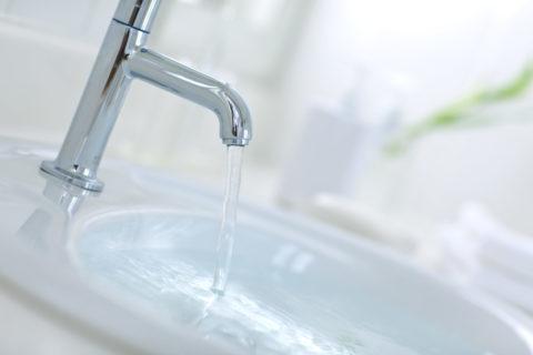 水が出ている洗面所の蛇口