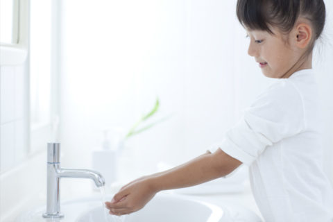 手を洗う女の子