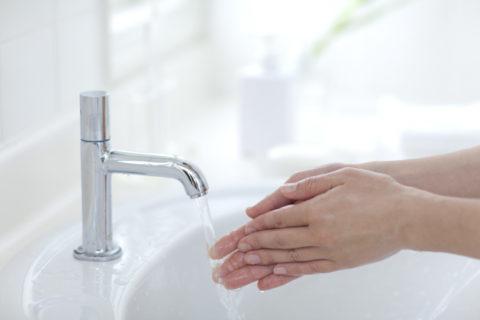 手洗いする子供の手