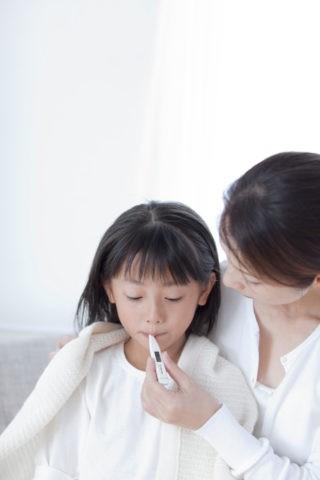 娘の熱を計る母親