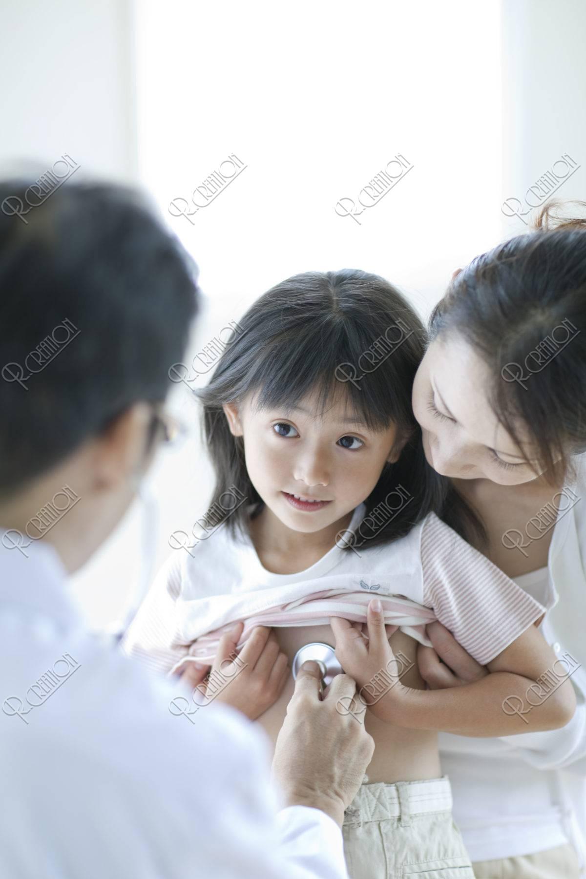 診察を受ける女の子と母親