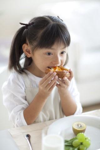 食事をする女の子