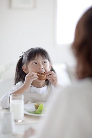 食事をする母と娘