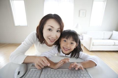 パソコンに向かう母と娘