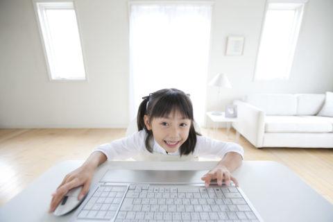 パソコンに向かう女の子