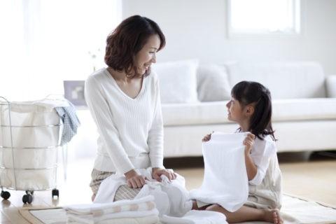 洗濯物を片づける母と娘
