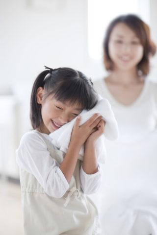 洗い上がりのタオルと母と娘