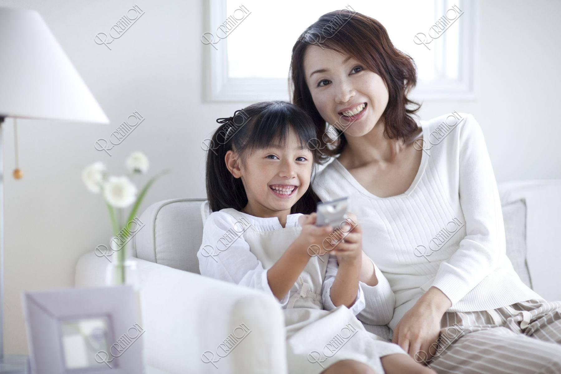 テレビを見る母と娘