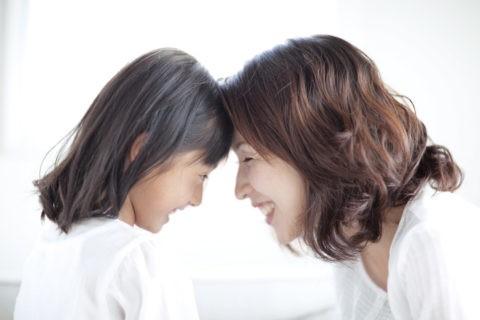 おでこをあわす母と娘