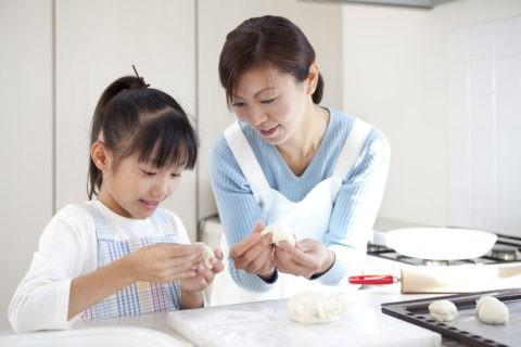 パンを作る母娘