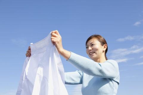 洗濯をする主婦