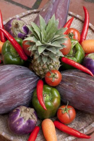 竹かごの果実と野菜