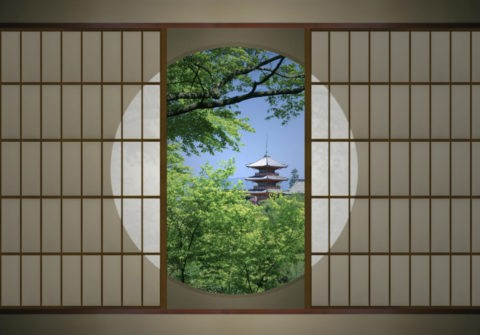 丸窓と新緑の清水寺