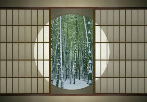 丸窓と雪の竹林