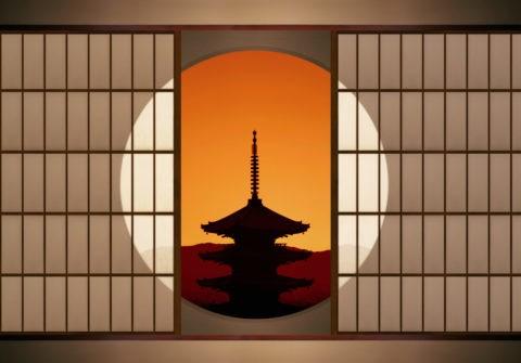 丸窓と夕焼けの八坂の塔