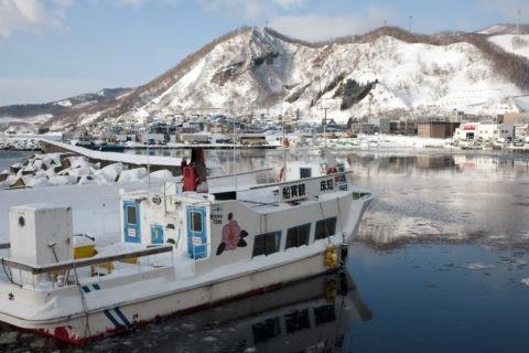 冬の羅臼港と観光船