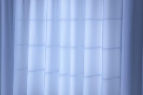 カーテンに映る窓枠