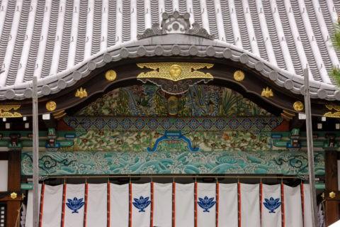 御香宮 拝殿の極彩色破風