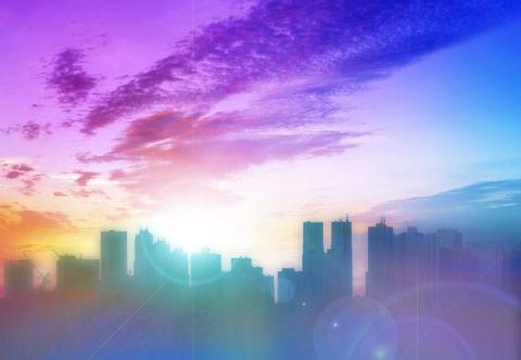 ビル群と虹色の光