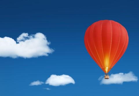 青空に浮かぶ赤い気球