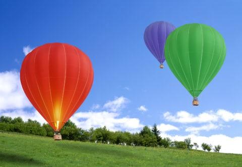 草原と空と三つの気球
