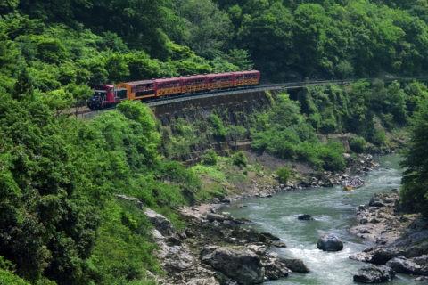 保津川下りの船とトロッコ列車