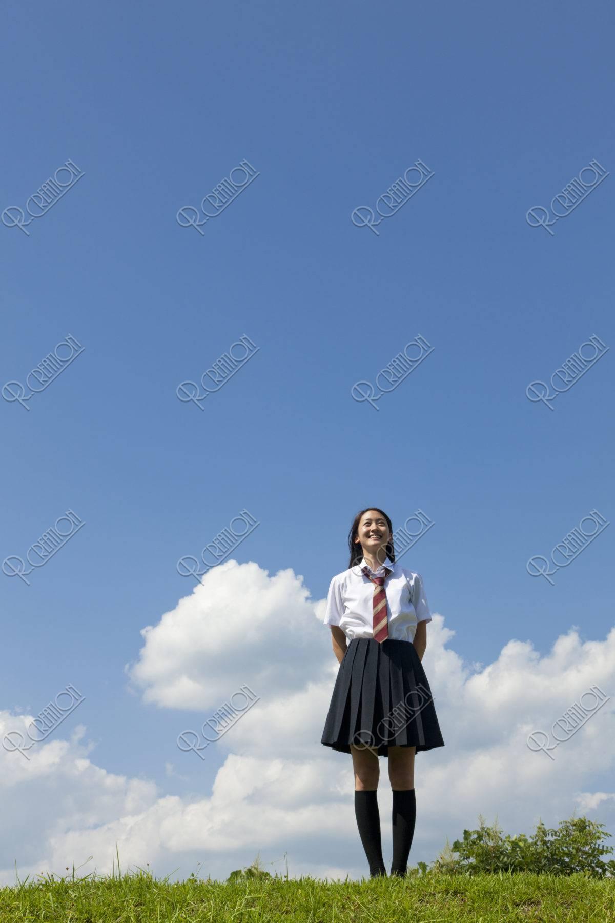 空を見上げる女子高校生