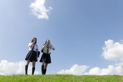 土手に立つ二人の女子高校生